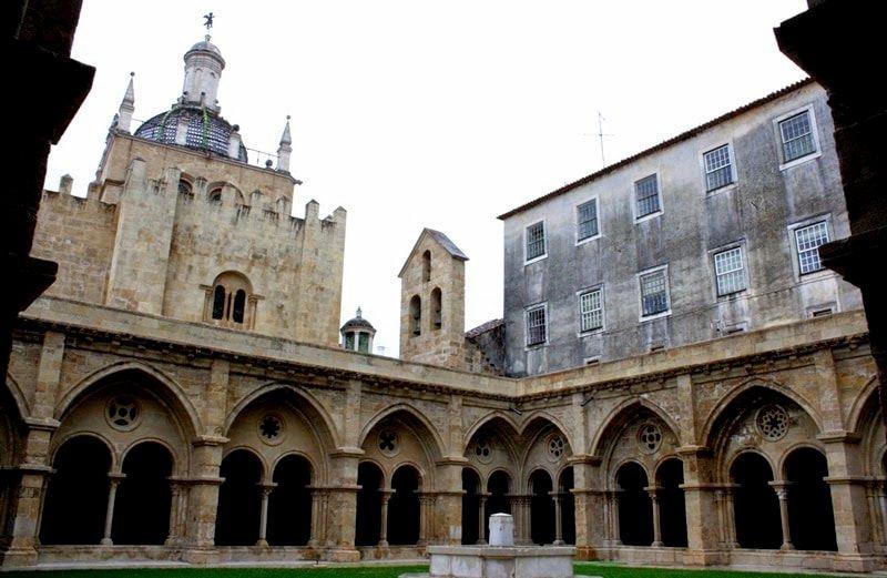 Catedral vieja de Coimbra con sus rosetones en el claustro