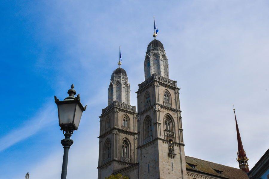 Grossmünster mirador suiza zurich torres iglesia catedral edificio historico religioso romanico neogotico